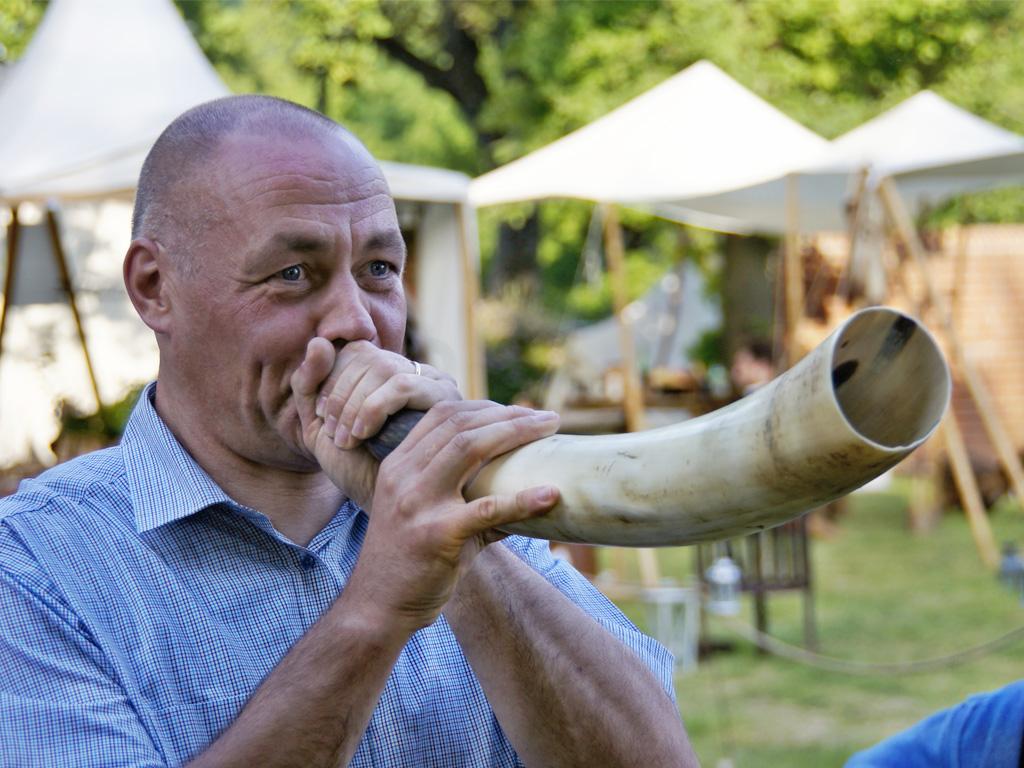 Pastor Haase bläst in's Horn